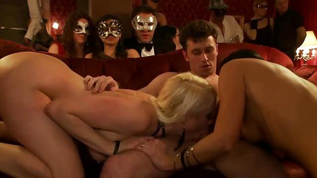 zakritie-klubi-v-maskah-porno