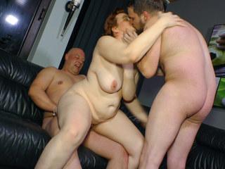 REIFE SWINGER – Chunky German mature lady in hardcore MMF threesome